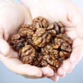 Hnědé ruce od ořechů